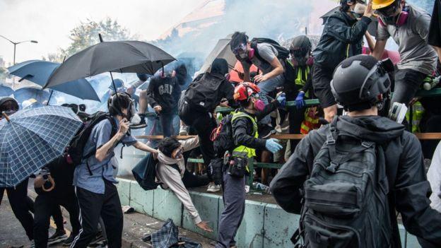 Người biểu tình tìm cách thoát khỏi vòng vây đạn hơi cay và đạn cao su của cảnh sát khi tìm cách thoát khỏi Đại học Bách khoa hôm 18/11