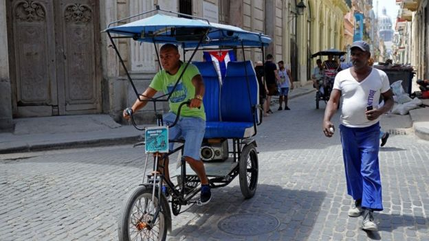 Un bicitaxi en las calles de La Habana