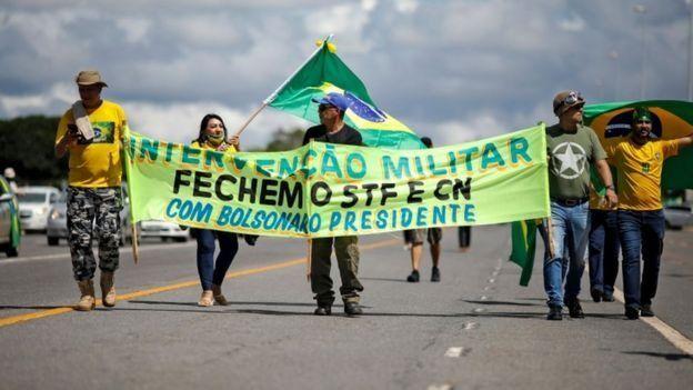 Ato na capital federal que aconteceu em abril; manifestação estava repleta de cartazes contra a democracia
