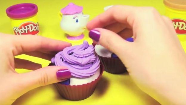 Unboxingsurpriseegg tarafından yayımlanan Oyun Hamuru Dondurmalı Kap Keki videosu ise 879 milyon kez izlenmiş