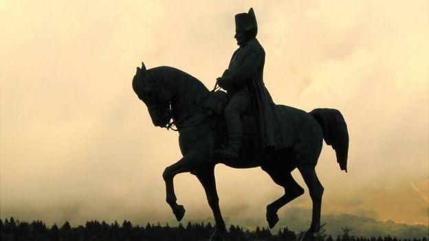 Estatua de Napoleón a caballo