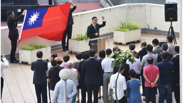 2017年6月14日,台灣駐巴拿馬大使館舉行了降旗和告別儀式。雙方中斷了延續超過百年的外交關係。