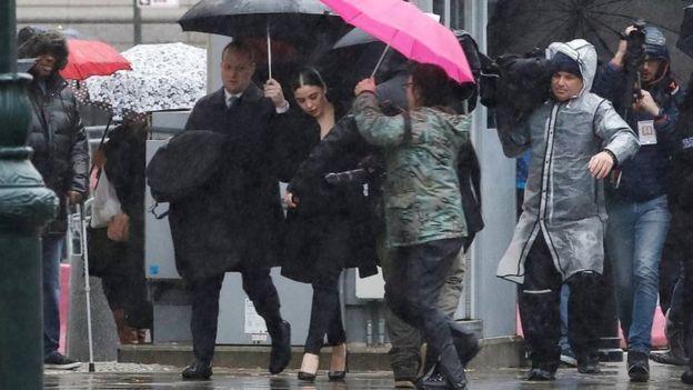 Emma Coronel afuera de la corte