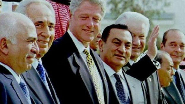Hosni Mubarak katikati akiwa na viongozi wengine wa zamani