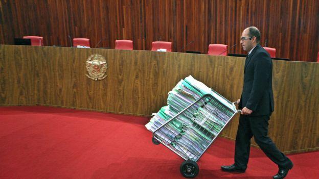 Assessor do TSE chega ao plenário com os processos da ação contra chapa Dilma-Temer