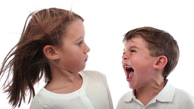 Niño gritándole a una niña.