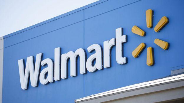 Fachada de un supermercado con la marca Walmart