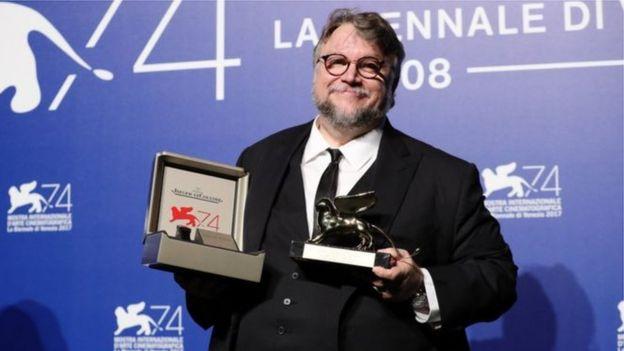 أهدى ديل تورو جائزته للمخرجين الشباب من أمريكا اللاتينية