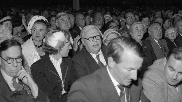 Roedd T H Parry Williams, Cynan, Aneurin Bevan a Paul Robeson ymhlith y dorf yng nghymanfa ganu Eisteddfod Glyn Ebwy 1958
