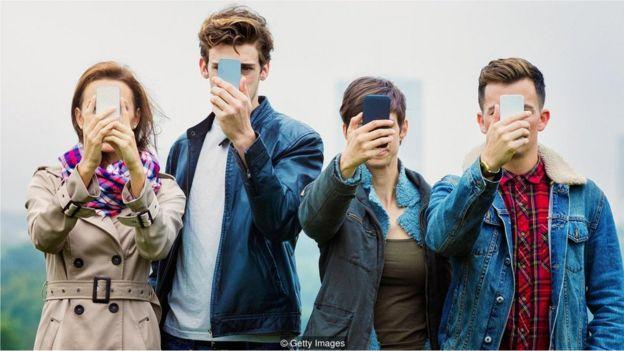 Jovens fazendo selfie