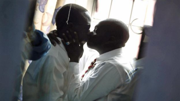 ผู้ชายจูบกันในกรุงไนโรบี (ภาพจากแฟ้ม)