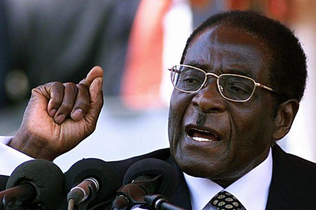 Perezida Robert Mugabe mu 2003. Abantu barenga 100 biciwe mu bikorwa byo kwiyamamaza mu matora abiri ya perezida. Mugabe yagumye ku butegetsi ariko yinubira ko ibihugu by'i Burayi n'Amerika bifite umugambi wo kuba kidobya mu butegetsi bwe.