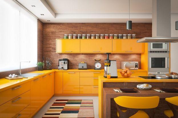 Cocina amarilla con utensilios y robos de cocina.