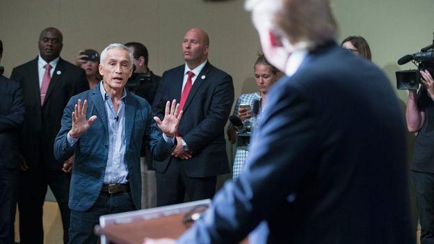 Jorge Ramos aborda al entonces candidato presidencial republicano, Donald Trump.