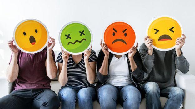 Personas con caras de emoji estresadas, enojadas, etc.