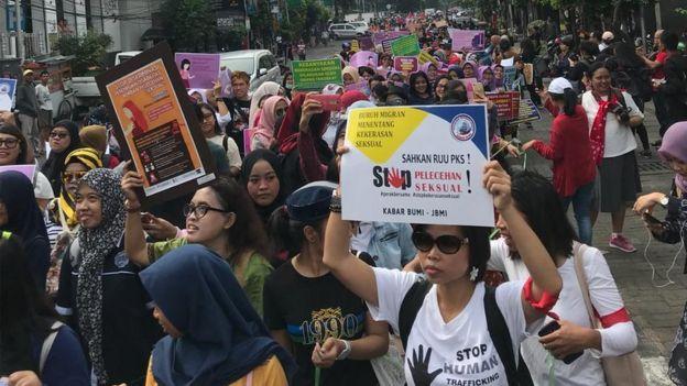 Setidaknya 2000 orang meriahkan pawai ratusan meter penghapusan kekerasan seksual