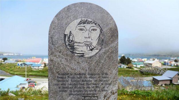 照片中的烏納拉斯卡社區蝕刻石板是對那段黑暗時期的紀念。