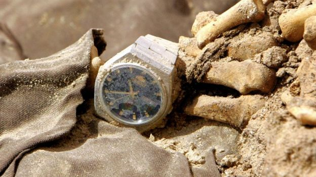 Un reloj atado a huesos humanos.
