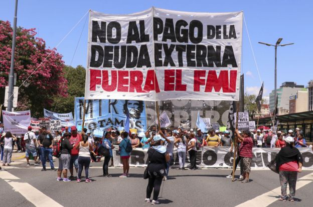 Un cartel en contra del FMI durante una marcha en Buenos Aires en febrero de 2020