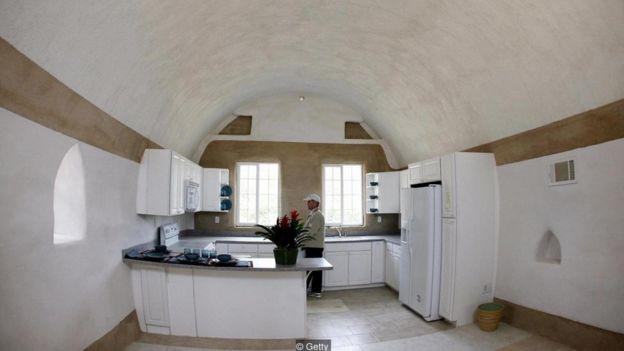 O interior de uma casa de superadobe no Instituto Cal-Earth