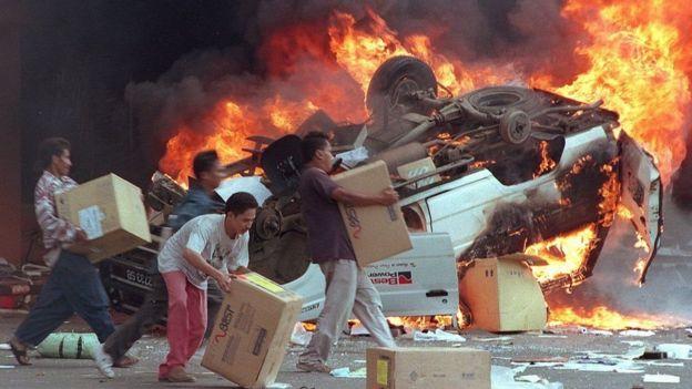 Pada 12-13 Mei 1998 terjadi penjarahan massal dan pembakaran di sejumlah tempat di Jakarta.