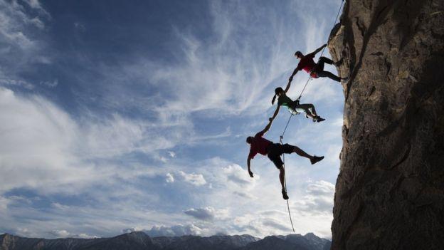 Personas escalando una montaña.