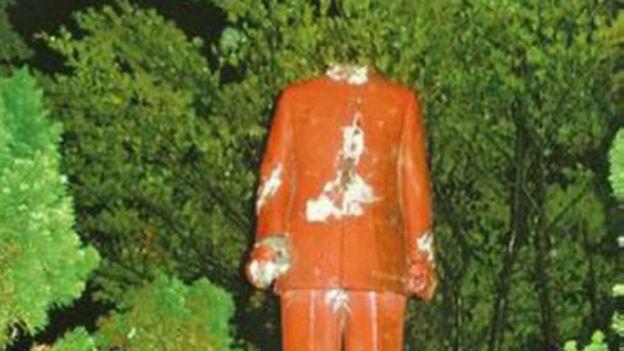 台灣資料圖片。被砍了頭的蔣公塑像