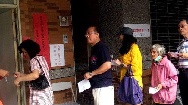四年前的九合一地方選舉,選民們在票站外排隊。