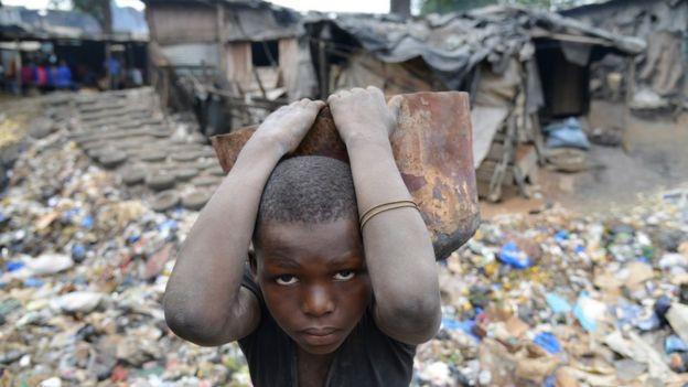 Criança em bairro pobre