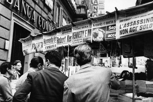 1968年意大利羅馬街頭,報紙頭版報道羅伯特·肯尼迪遇刺的消息。