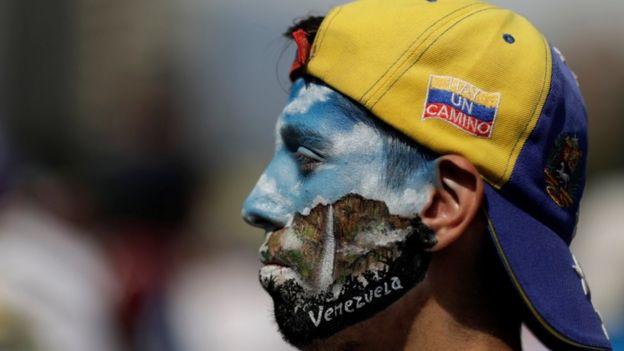 Manifestante con la cara pintada en Venezuela.