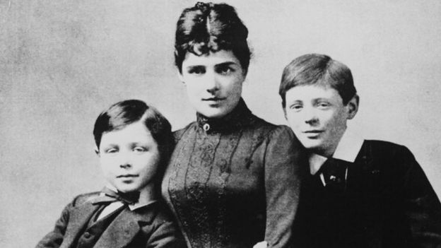 Дженни Черчилль со совими сыновьями: Джоном (слева) и Уинстоном (справа)