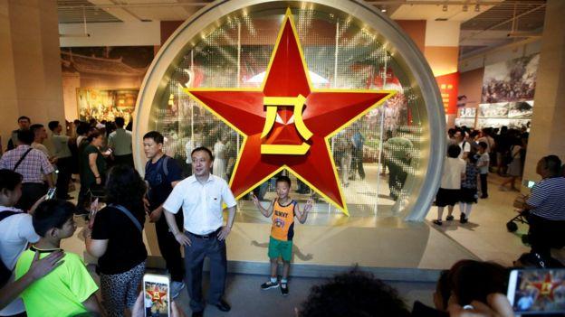 北京市民参观建军节展览。