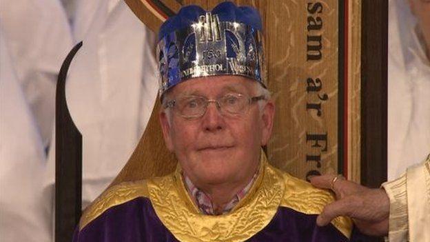 Geraint Lloyd Owen yn ennill coron Eisteddfod Wrecsam 2011. BUm mlynedd yn ddiweddarch Geraint ei hun fydd yn arwain y seremoni