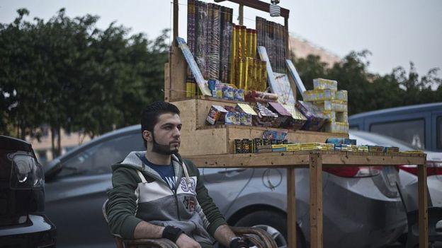 شاب سوري يعرض بضائع في أحد شوارع القاهرة