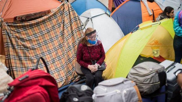 Durante una semana, más de 220 peruanos estuvieron alojando en carpa afuera del consulado de Perú en Santiago.