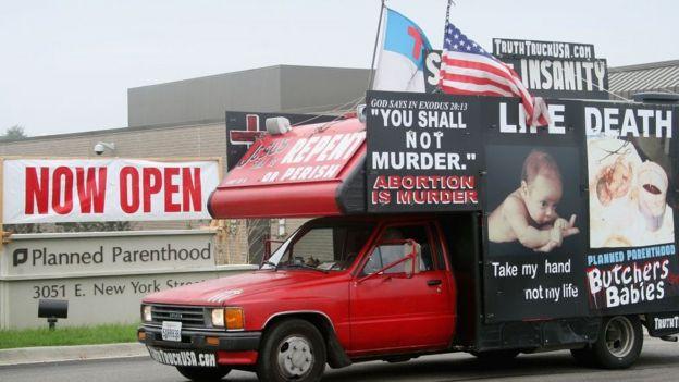 Una camioneta con avisos en contra del aborto.