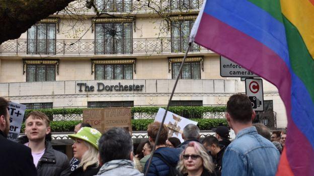Manifestación frente al Hotel Dorchester