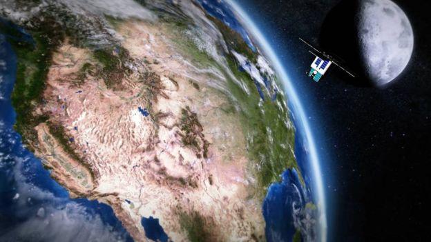 Ilustración del satélite que lleva a bordo el DSAC en órbita alrededor de la Tierra
