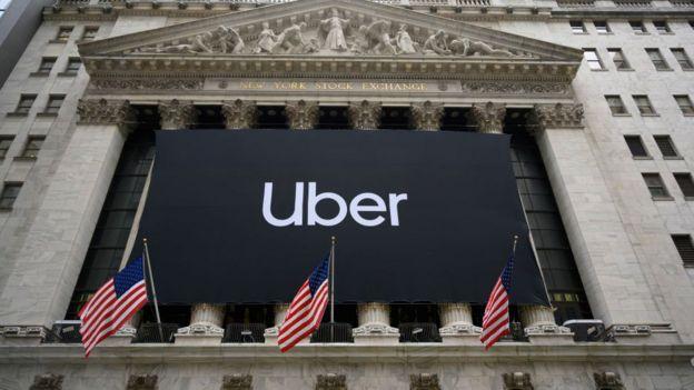 Logo do Uber em frente à Bolsa de Valores de Nova York, em Wall Street