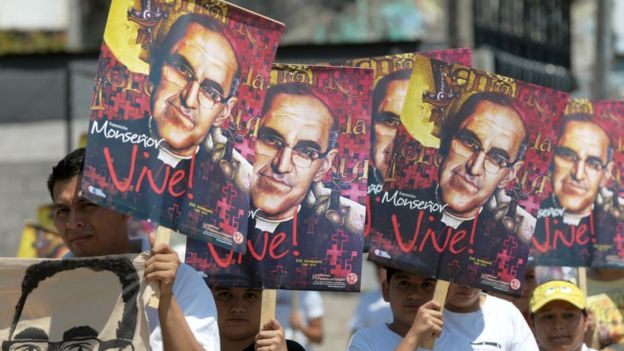 Manifestantes con carteles del monseñor Arnulfo Romero