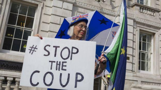 """Bir protestocu elinde """"Darbeyi durdurun"""" yazılı pankartla Başbakanlık Ofisi önüne gitti"""