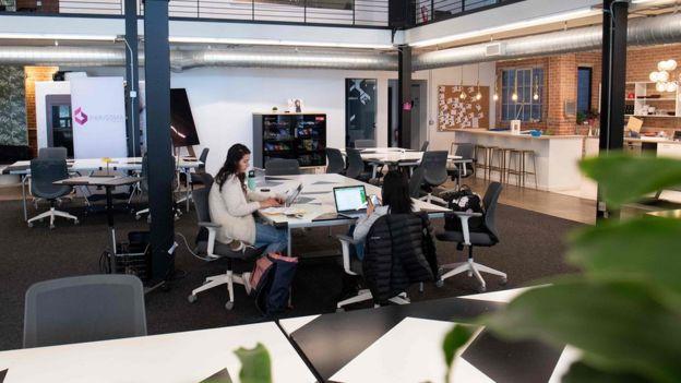 Una oficina amplia y diáfana