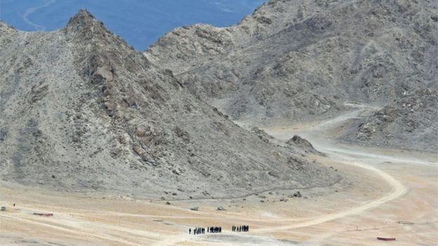 Soldados indianos caminham nas montanhas da fronteira entre a Índia e a China