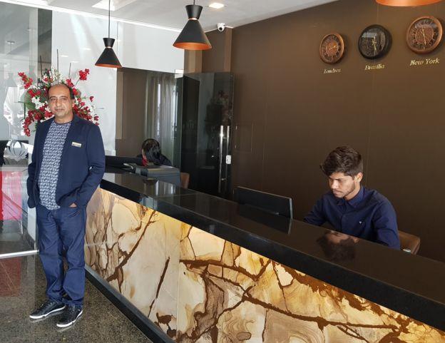 Paknoosh Kharaghani em recepção de hotel que construiu na Bahia