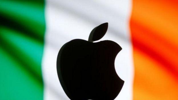 El logo de Apple con la bandera de Irlanda detrás