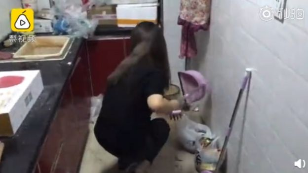 Lisa Li limpiando el departamento.