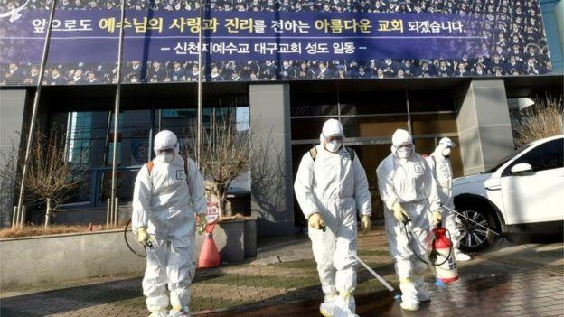 Trabalhadores desinfetaram área em torno de lugar onde esteve grupo religioso