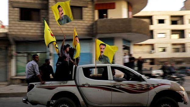 Kamışlı'da Öcalan bayraklı YPG destekçileri
