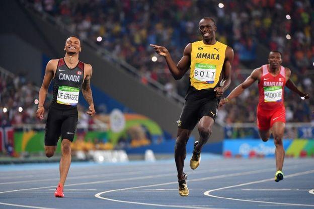 Usain Bolt sonríe tras ganarla semifinal de los 200 metros en las olimpiadas de Río de Janeiro en 2016.